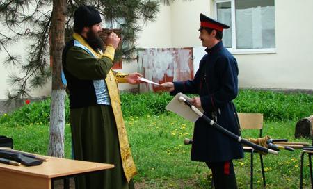 Вручение грамоты о.Петру