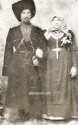 Рис.15 Гребенские казаки супруги Янхотовы. Станица Червленая, 1904 год.